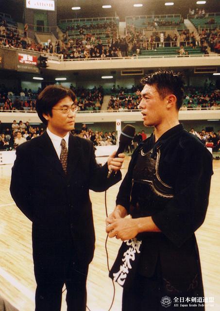 第48回全日本剣道選手権大会で優勝インタビーを受けている栄花直輝さん